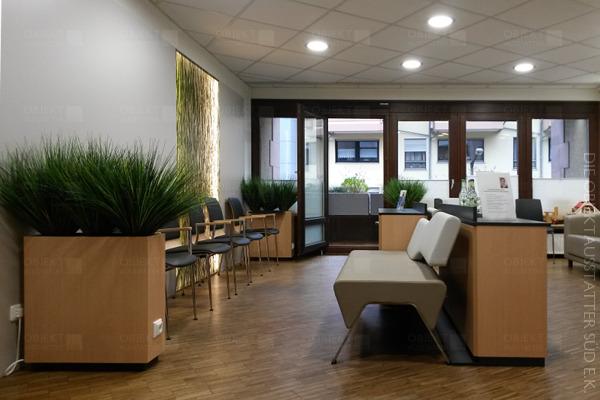 Wartebereichskonzept mit Sofa, Systemstühlen, Möblierung und Lichtgestaltungaus einer Hand.