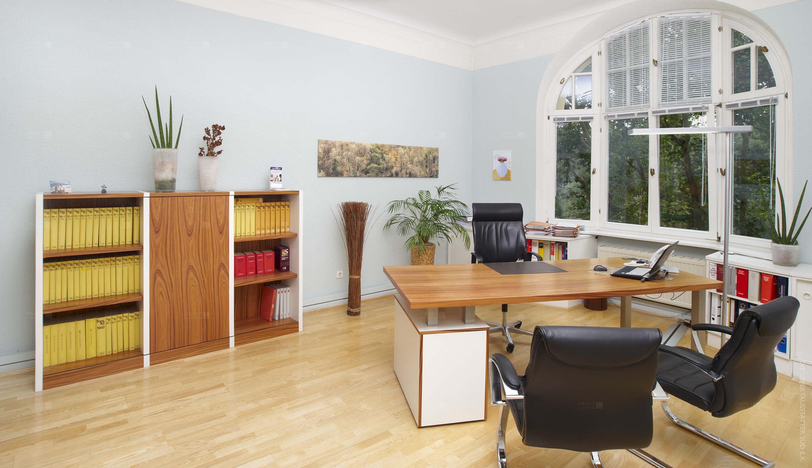 Büroraum mit Schreibtisch und Freischwingern.