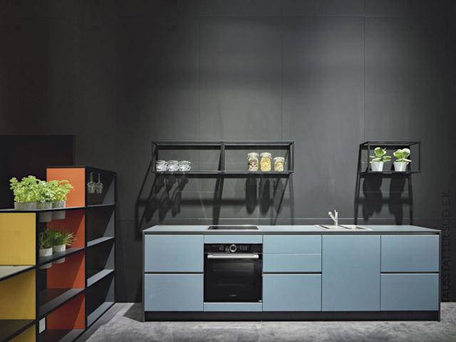 Moderne Küchenzeile in griffloser Ausführung in Blaubeerdekor