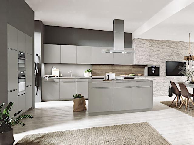 Einbauküche in moderner Optik, mit in der Wand versenkten Geräten und freistehendem Kochfeld