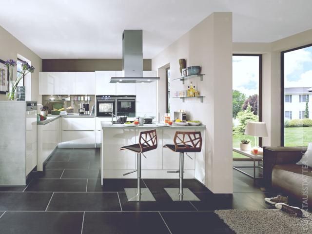 Offenes Wohnküchenkonzept in einer Ferienwohnung mit zentraler Kochstelle