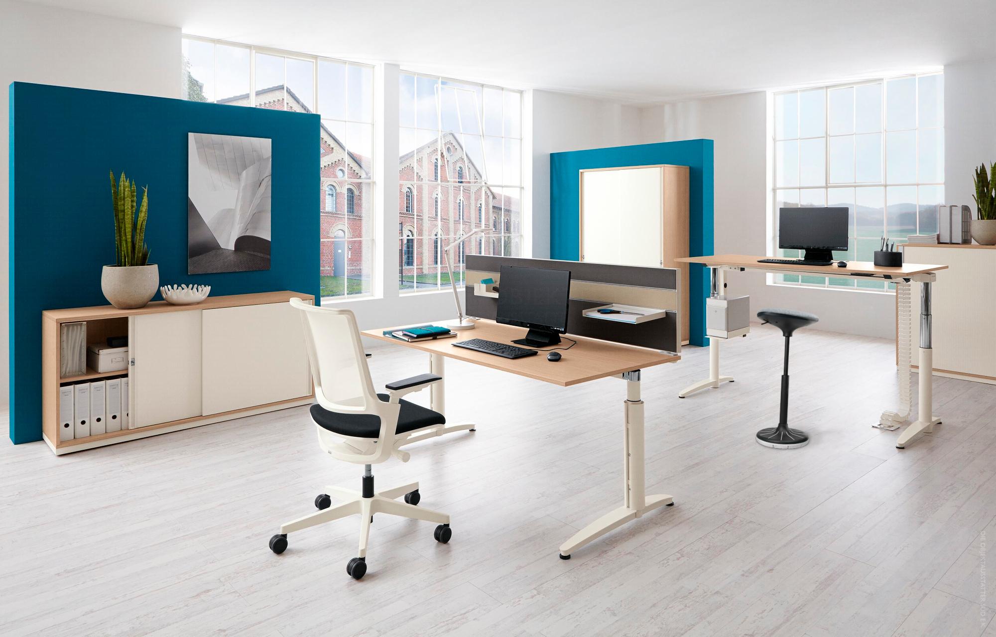 Ergonomisch ausgestattete Büroarbeitsplätze.